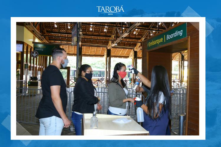Visitante passando pelos novos protocolos de sanitização - Cataratas do Iguaçu   cataratas day 2020