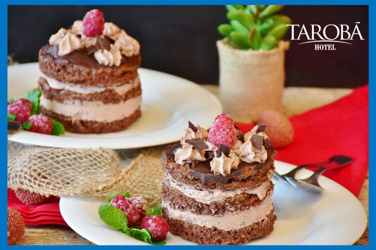 Dois pedaços de bolo de chocolate. Lugares para comer em Foz do Iguaçu, dicas para todas refeições!