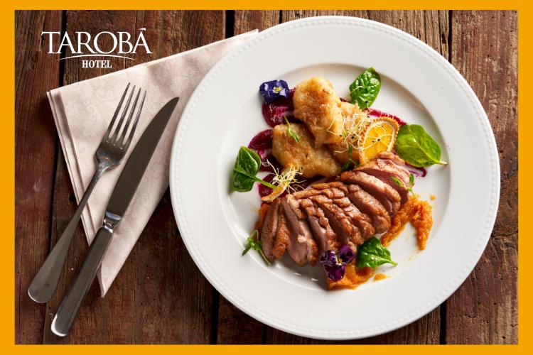 Prato de comida com carne e salada. Lugares para comer em Foz do Iguaçu, dicas para todas refeições!