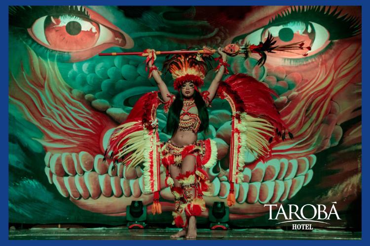 Mulher apresentando espetáculo do Encanto Vermelho.Lugares para comer em Foz do Iguaçu, dicas para todas refeições!