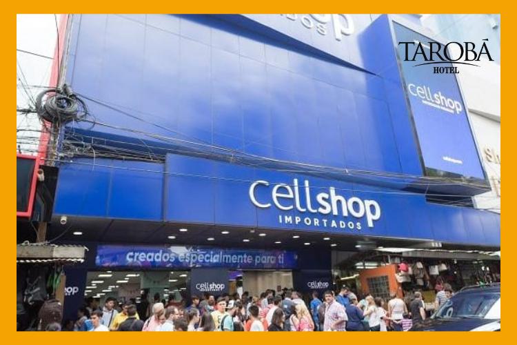 Fachada da loja Cell Shop, com muitas pessoas em frente. Roupas no Paraguai.